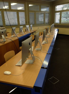 Salle informatique au collège